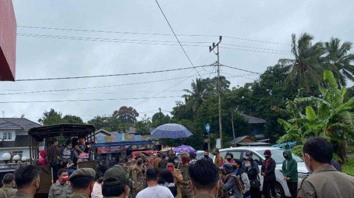 Demonstrasi di Rudis Bupati Minahasa, Warga Tolak Jilius Kaawoan Jabat Hukum Tua Desa Pulutan