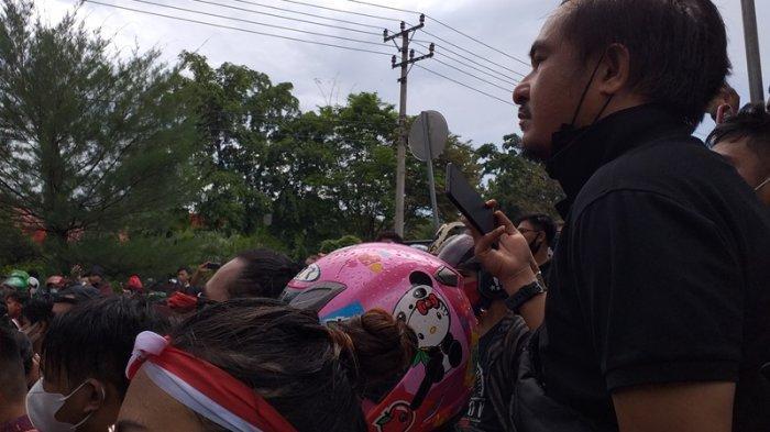 Aksi demo di depan Kantor DPRD Sulut, Kamis (26/8/2021).