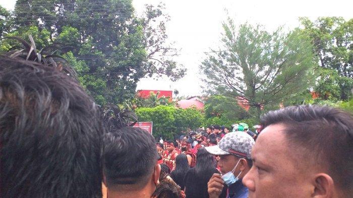 Demo Tolak PPKM di Manado, Masa Aksi Lakukan Orasi di Luar Kantor DPRD Sulut