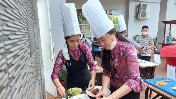 aksi para karyawan Fave Hotel Bitung, dalam meracik menu ikan khas Kota Bitung yaitu ikan Cakalang.