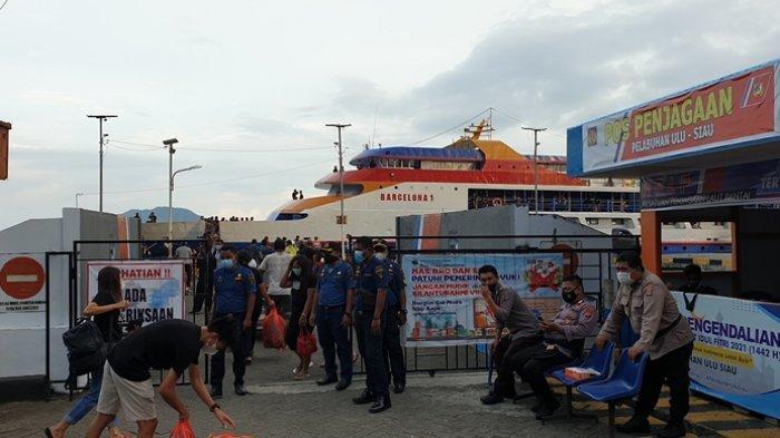 Aktifitas penumpang kapal di Pelabuhan Ulu Siau.
