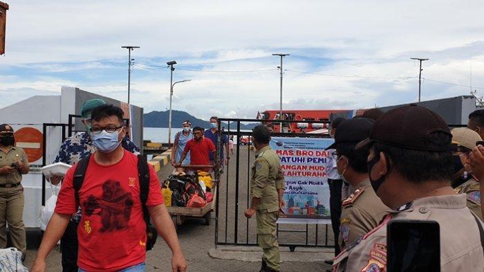 Aktivitas para pelaku perjalanan yang baru tiba di Pelabuhan Ulu Siau