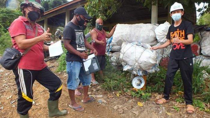Aktivitas penimbangan sampah oleh kelompok Bank Sampah Talitakum, Kelurahan Pondang.