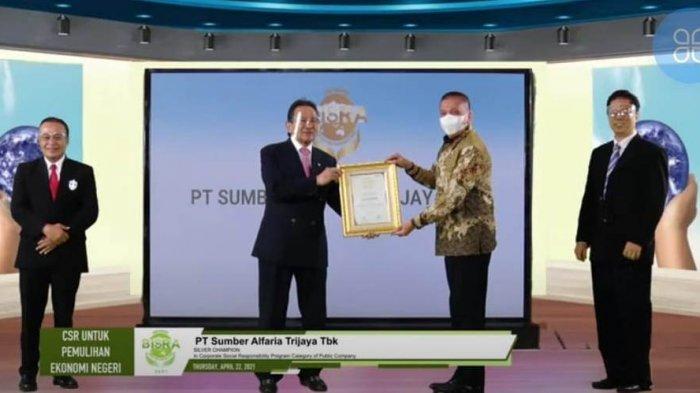 PT Sumber Alfaria Trijaya Tbk (Alfamart) mendapatkan Silver Champion in Corporate Social Responsibility Program, pada acara Anugerah Bisnis Indonesia Social Responsibility Award (BISRA) 2021 untuk Kategori Perusahaan Publik di Jakarta, Kamis (22/4/2021).