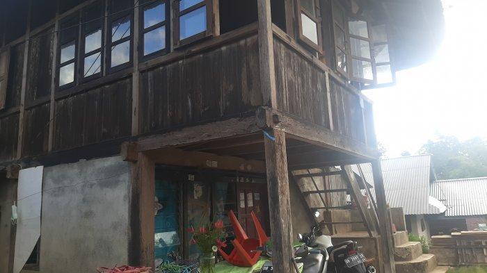 Almarhum AP disemayamkan di Kelurahan Taratara, Kecamatan Tomohon Barat.