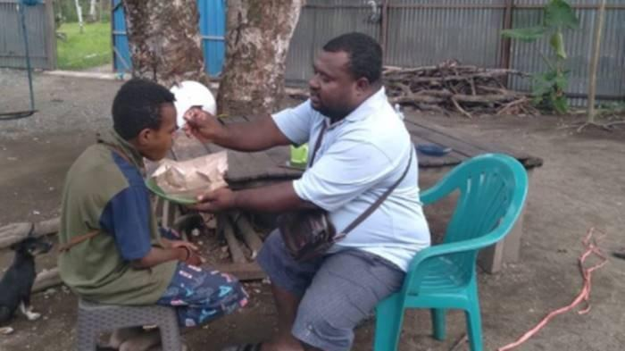 KISAH Viral Amos Yeninar, Kubur Mimpi Jadi Bupati hingga Dijauhi Teman, Pilih Lakukan Hal Ini