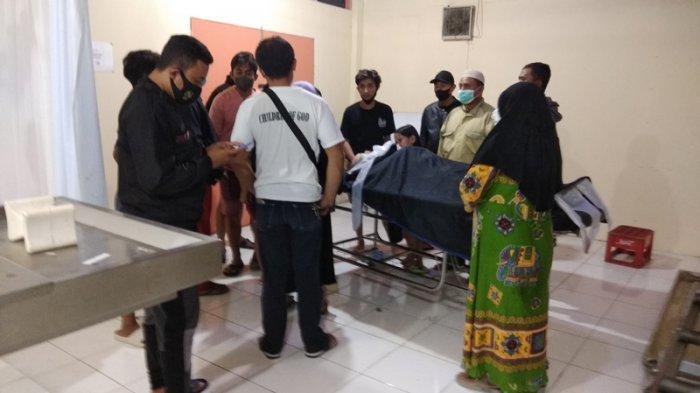 Anak-anak korban laka lantas di jalan Ring Road, Manado, Sulawesi Utara, terus menangis saat ditemui tengah malam di rumah sakit Bhayangkara Manado.