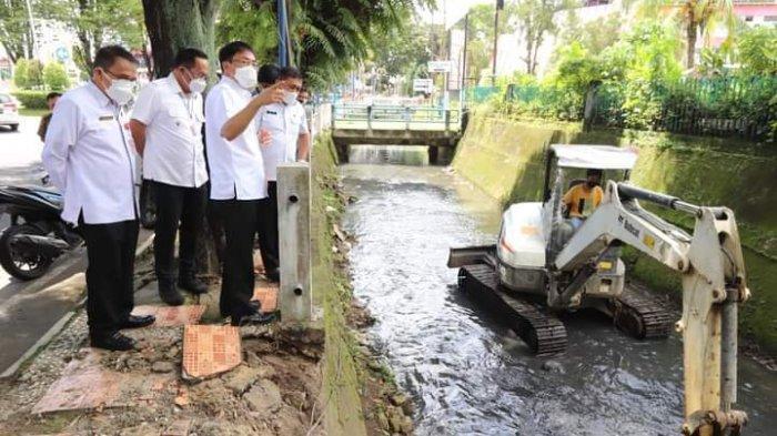 Andrei Angow Wali Kota Manado dan Richard Sualang Pantau Pengerukan Selokan, Kerahkan Alat Berat