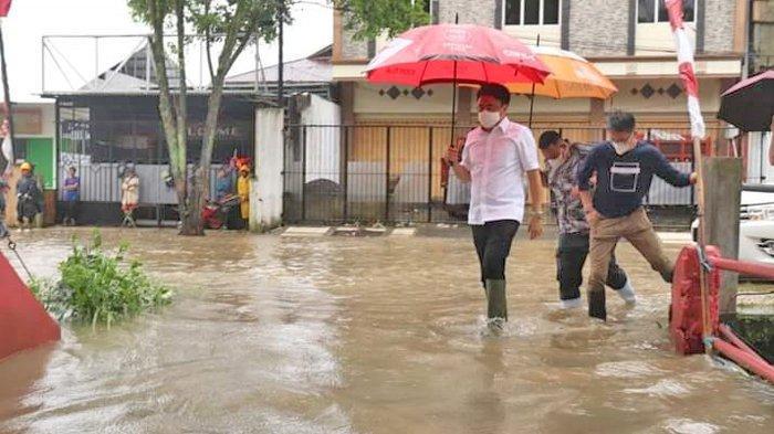 Andrei Angouw Tinjau Banjir.