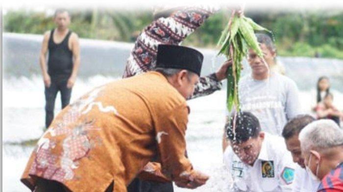 Senator Djafar Alkatiri Jalani Ritual Adat Mandi Syafar di Bolmut