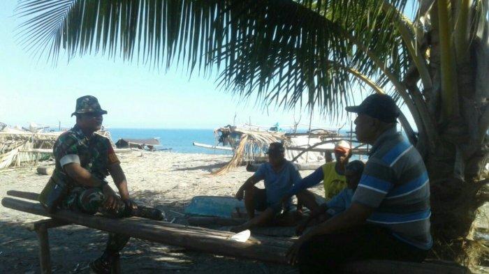 Danramil Bintauna Jalin Komunikasi Sosialdengan Masyarakat Nelayan Desa Padang