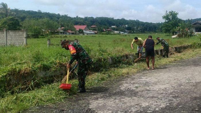 Anggota TNI Bersihkan Selokan di Desa Timu Demi Cegah Banjir, Ingin Masyarakat Nyaman