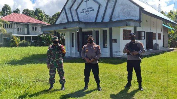 Anggota TNI-Polri terlihat berjaga-jaga saat ibadah berlangsung di sejumlah gereja Sejak Kamis Malam.