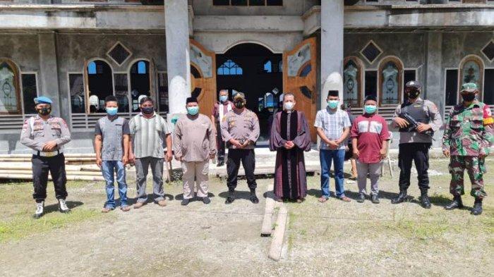 Anggota TNI-Polri terlihat berjaga-jaga saat ibadah berlangsung di sejumlah gereja Sejak Kamis Malam. Nampak pula beberapa pemuda Islam yang turut melakukan penjagaan.