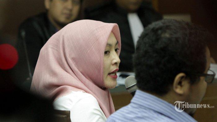 Angelina Sondakh memberikan kesaksian pada sidang di Pengadilan Tipikor, Jakarta Pusat, dengan terdakwa Muhammad Nazaruddin, Rabu (6/1/2016). Nazaruddin didakwa melakukan tindak pidana korupsi dengan menerima duit fee total Rp 40,369 miliar. Duit fee diterima Nazaruddin terkait sejumlah proyek pemerintah. Menurut Jaksa pada KPK, pemberian-pemberian tersebut merupakan imbalan karena Nazaruddin telah mengupayakan PT DGI dalam mendapatkan proyek pemerintah tahun 2010 yaitu seperti proyek pembangunan gedung di Universitas Udatana, Universitas Mataram, Universitas Jambi.