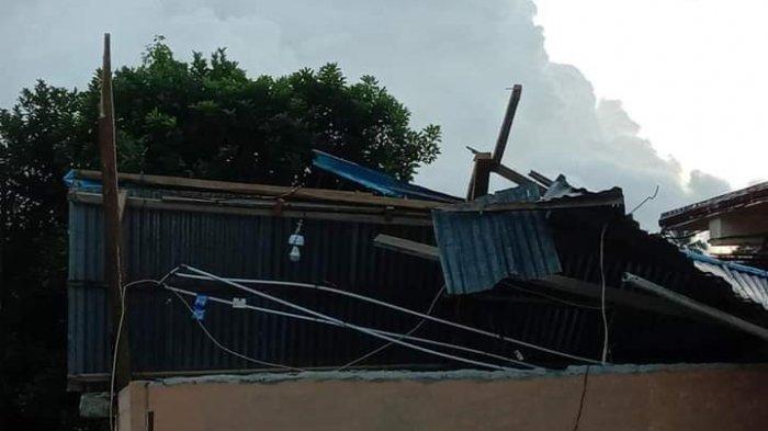 Tornado Terbangkan Ratusan Lembar Seng Rumah ke Angkasa, Warga: Oh Tuhan, Tolong Kami