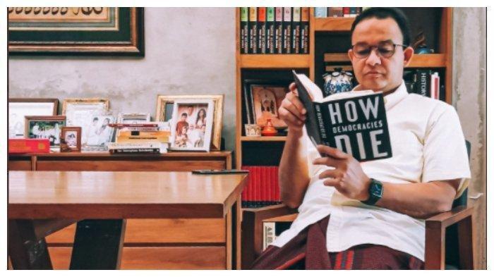 Anies Baswedan Duduk Sambil Baca Buku How Democracies Die