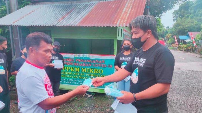 Disiplin Protokol Kesehatan, Relawan Covid-19 Desa Sampiro Bolmut Bagikan Masker Kepada Warga