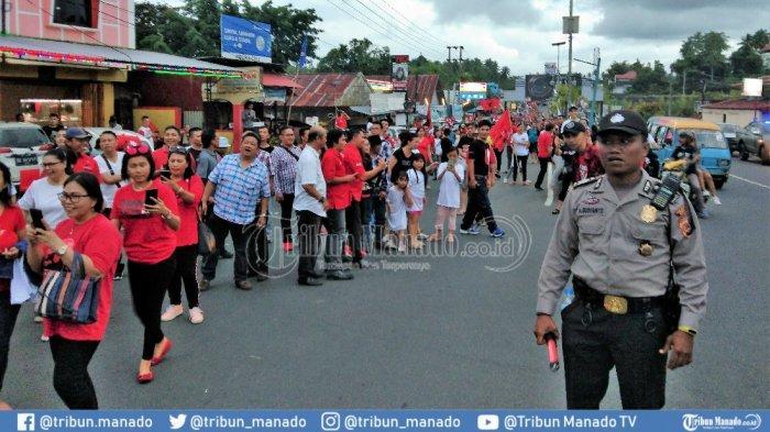 Antusias Warga Sulut Jemput Presiden RI di Jalan AA Maramis Mapanget