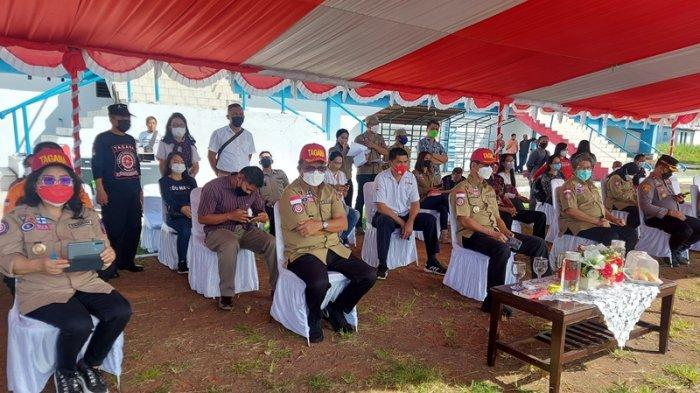 Wali kota Bitung Ir Maurits Mantiri MM dan Hengky Honandar Wakil Wali Kota Bitung saat menghadiri pelaksanaan apel pengukuhan pembentukan KSB serta pencanangan kawasan siaga bencana di Kota Bitung.