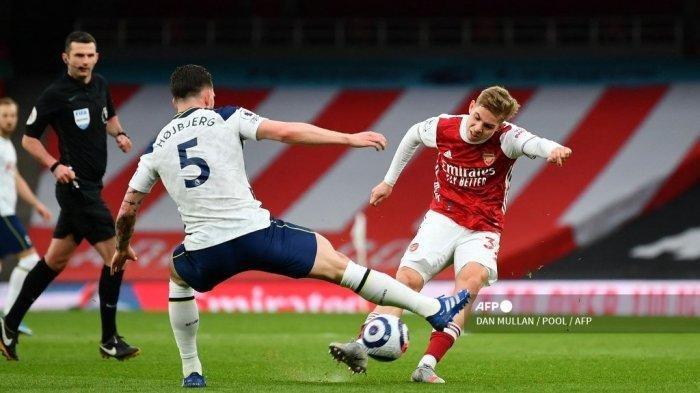 Gelandang Arsenal asal Inggris Emile Smith Rowe menembak ke gawang saat gelandang Denmark Tottenham Hotspur, Pierre-Emile Hojbjerg (tengah) mendekat selama pertandingan sepak bola Liga Utama Inggris antara Arsenal dan Tottenham Hotspur di Emirates Stadium di London pada 14 Maret 2021.