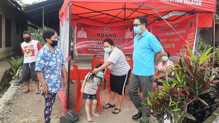 Asisten Bidang Pemerintahan dan Kesra Jusak Toar Pandeirot saat memantau langsung ke aktifan posko satgas lingkungan.