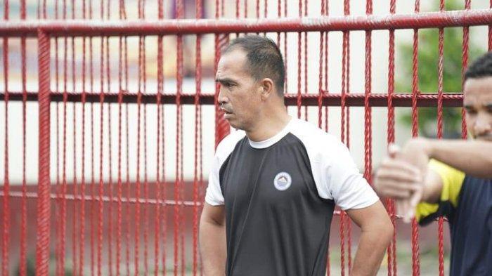 Asisten Pelatih Sulut United, Leo Soputan masih sempat melatih tim dua pekan lalu.