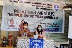 Aswin Lumintang, Wakil Ketua Bidang PWI Sulut saat memberikan materi pelatihan jurnalistik.