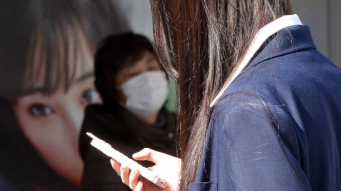 Jangan Coba-coba Main Handphone Sambil Jalan di Kota ini, Anda Bakal Kena Denda