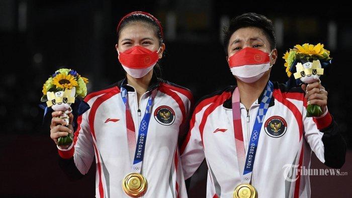 Update perolehan medali Olimpiade Tokyo 2020. Atlet Indonesia Apriyani Rahayu (kanan) dan Greysia Polii Indonesia berpose dengan medali emas bulu tangkis ganda putri mereka pada upacara selama Olimpiade Tokyo 2020 di Musashino Forest Sports Plaza di Tokyo. Senin (2 Agustus 2021).