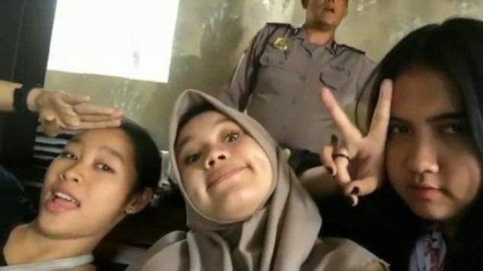 Diancam Dibunuh, Terduga Pelaku Pengeroyokan Audrey Minta Maaf Selfie di Kantor Polisi