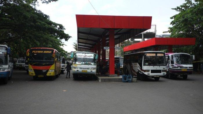 Awak AKDP menunggu calon penumpang di Terminal Paal 2, Kota Manado, Sulawesi Utara, Kamis (22/7/2021).