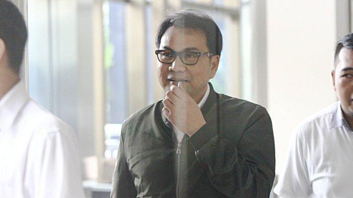 Anggota DPR dari Fraksi Partai Golkar Azis Syamsuddin keluar dari gedung KPK usai menjalani pemeriksaan, di Jakarta, Senin (27/11/2017). Azis Syamsuddin diperiksa saksi meringankan dalam kasus dugaan korupsi KTP elektronik untuk tersangka Ketua DPR Setya Novanto.
