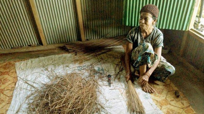 Kisah Pembuat Sapu Lidi di Kotamobagu, Masih Diminati, Alasan Nenek Ba'ai Mariati Terus Membuat
