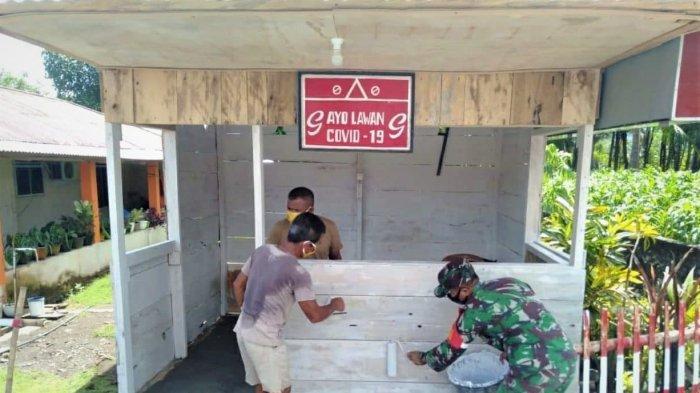 Babinsa Bersama Warga Gotong Royong Cat Posko Covid-19 Sambil Ingatkan Protokol Kesehatan