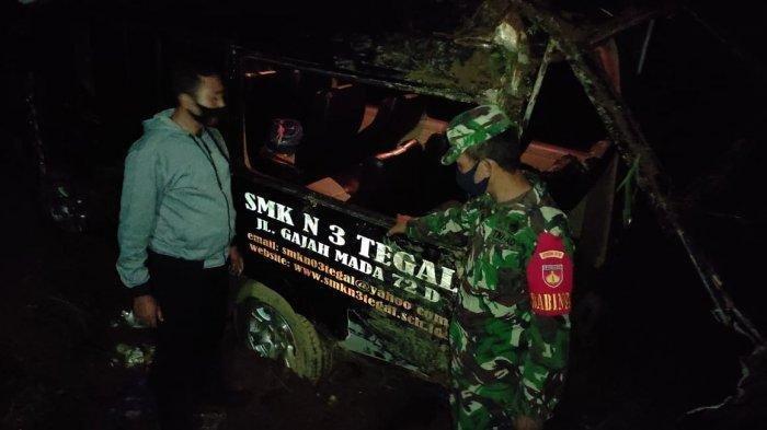 Kecelakaan Tadi Malam Pukul 18.00 WIB, 4 Korban dan 10 Lainnya Terlibat, Minibus Terguling ke Sawah