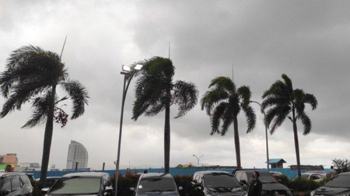 BREAKING NEWS: Badai Terjang Manado, Tenda Penjual Takjil Nyaris Terbang, Sampah Beterbangan