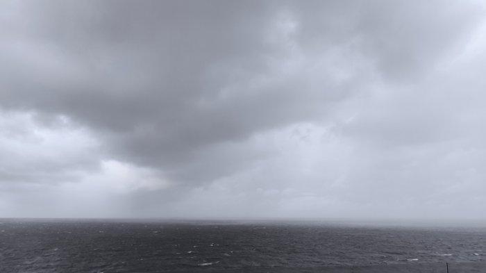 Angin kencang menerjang Manado, Kamis (15/04/2021) sore sekitar pukul 16.45 Wita. Angin kencang itu disertai hujan mendera Manado.