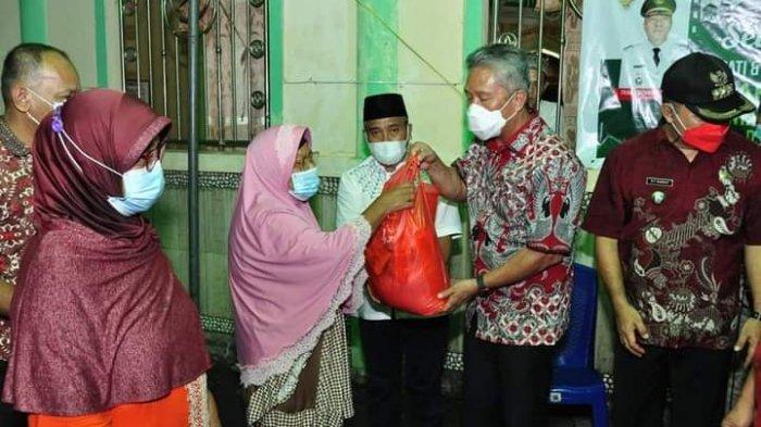 Hadiah Lebaran, Bupati dan Wakil Bupati Minahasa Selatan Bagikan Sembako untuk Umat Muslim