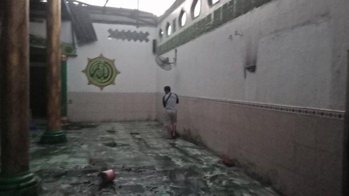 Berupaya Padamkan Mesjid, Warga Pegang Selang Air Sambil Teriak Allahu Akbar