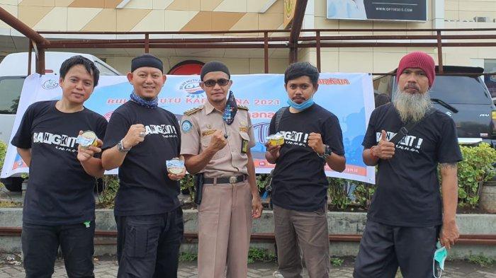 BKIPM Manado dan KKSS Mapanget membagi-bagikan ikan kaleng gratis ke pengendara yang melintas di depan Mega Mall, pekan lalu.