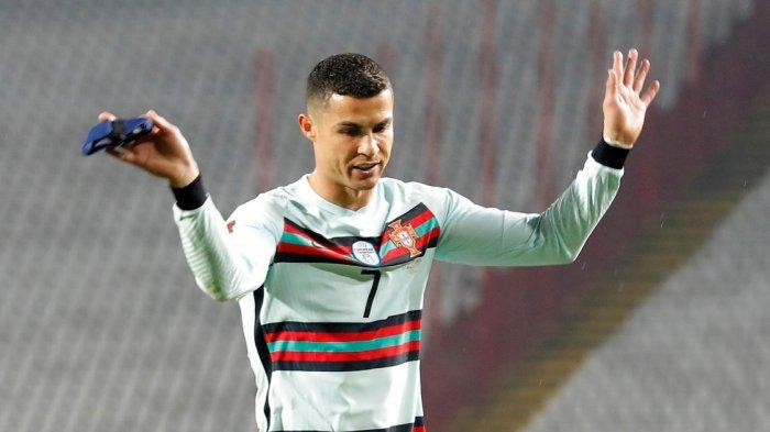 Masih Ingat Ban Kapten yang Dibuang Ronaldo? Dipungut Petugas Damkar dan Laku Rp 1 Miliar untuk Amal