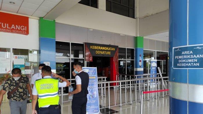 Terminal keberangkatan Bandara Internasional Samrat Manado sepi di hari terakhir larangan mudik, Senin (17/05/2021).