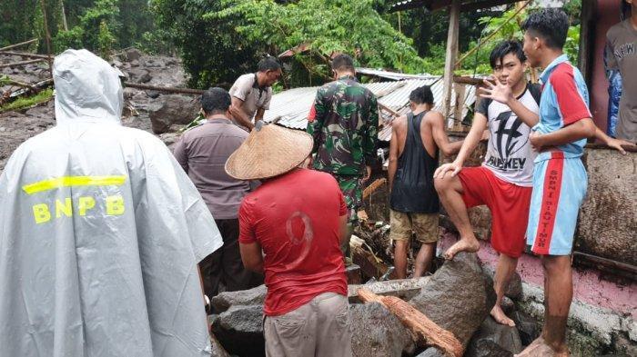 Tim gabungan bersama warga membersihkan lokasi banjir bandang Namitung.