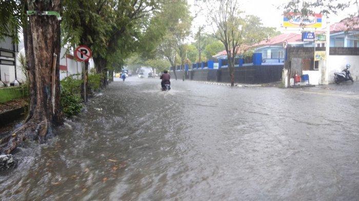 BREAKING NEWS: Hujan Deras di Manado, Banjir Terjadi di Depan Kantor Kecamatan Wenang