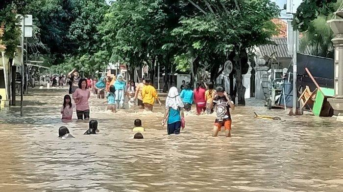 CERITA Korban Banjir, Terpaksa Mengemis Karena Bantuan Pemerintah Dinilai Tak Cukup