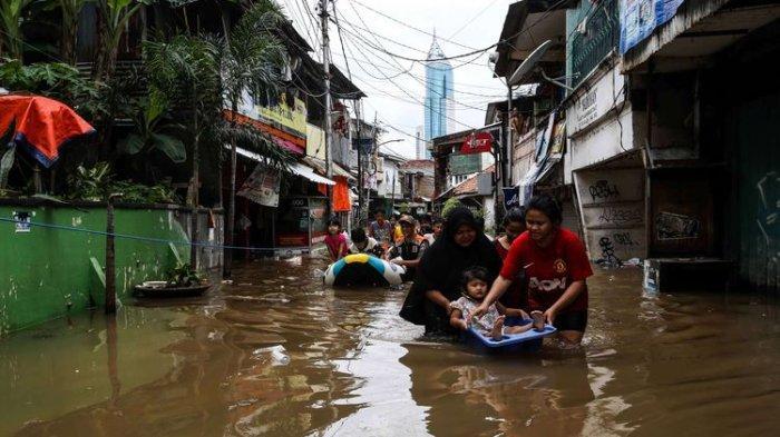Petugas saat mengevakuasi warga menggunakan perahu karet saat banjir di Jalan Karet Pasar Baru, Karet Tengsin, Jakarta Pusat, Selasa (25/2/2020). Hujan deras sejak Senin dini hari membuat sejumlah daerah di Ibu Kota tergenang banjir.