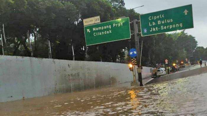 Banjir menggenangi Tol JORR ruas Jalan TB Simatupang, Jakarta Selatan, Sabtu (20/2/2021).