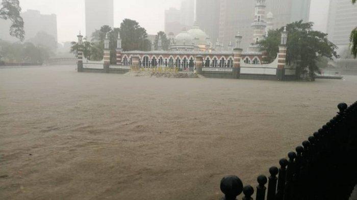 Banjir Tenggelamkan Kuala Lumpur Malaysia. Area Masjid direndam air.