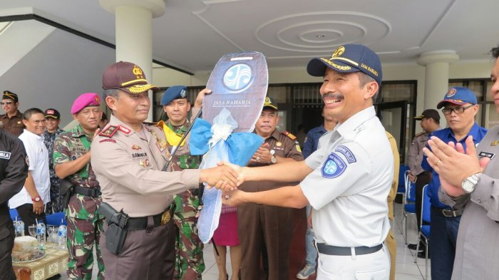 Jasa Raharja Sulut Serahkan 1 Ambulance ke Polda Sulut